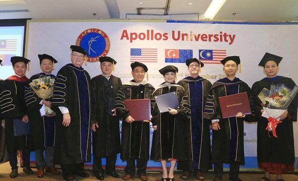 Vợ chồng ông 'Dũng Lò Vôi' nhận bằng tiến sĩ danh dự và chứng nhận giáo sư danh dự của Đại Học Apollos, Mỹ