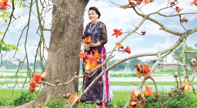 Đoàn Thu Ngân rạng ngời cùng hoa gạo tháng 3